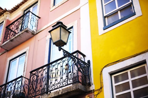 facade-appartement-jaune-rose-lisbonne