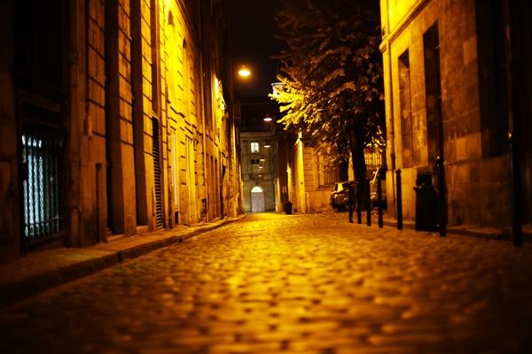 Une ruelle de Bordeaux la nuit