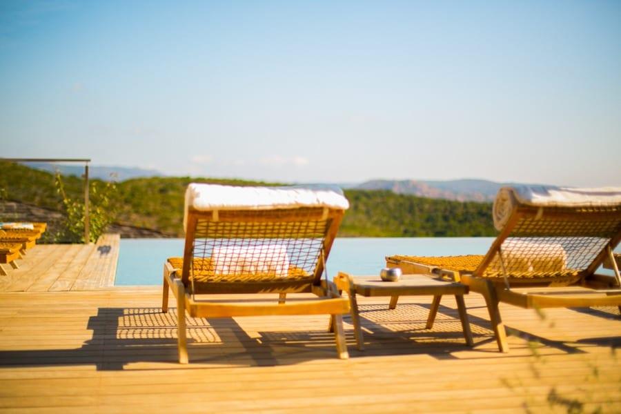 Les chaises longues de l'hôtel Version Maquis