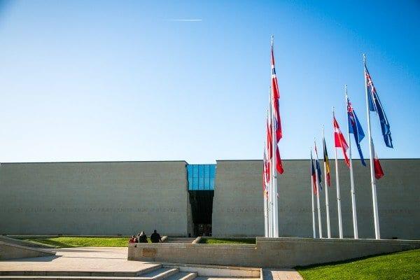 memorial-caen-phrase-facade