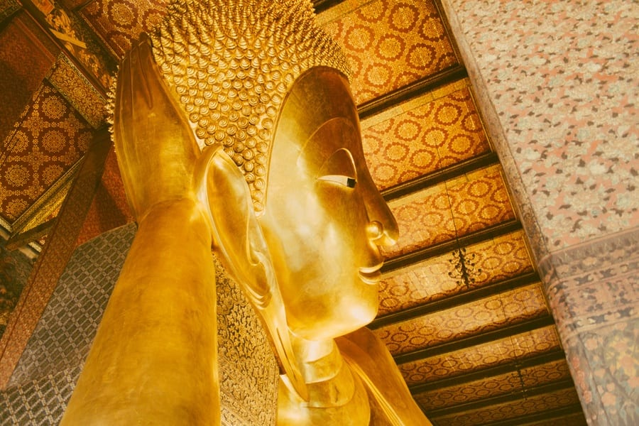 La tête du Bouddha Allongé à Bangkok