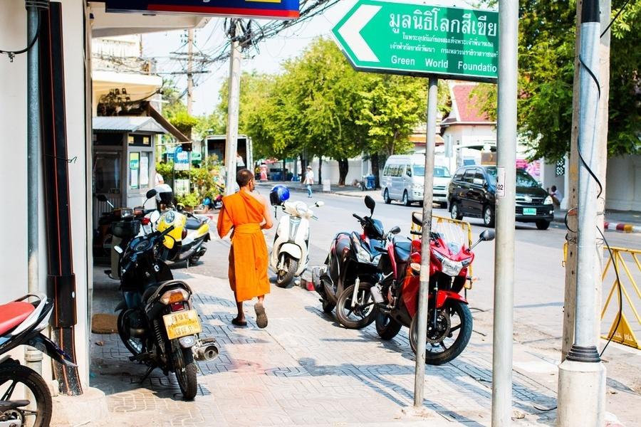 Une moine dans les rues de Bangkok