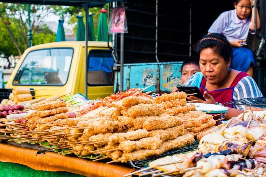 Les brochettes d'un marché de Bangkok