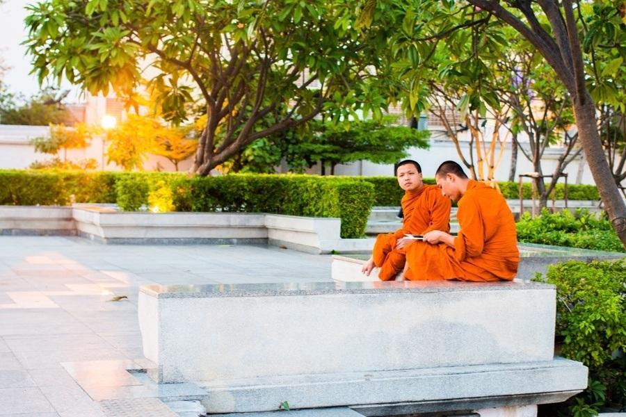 Des moines qui admirent le coucher de soleil