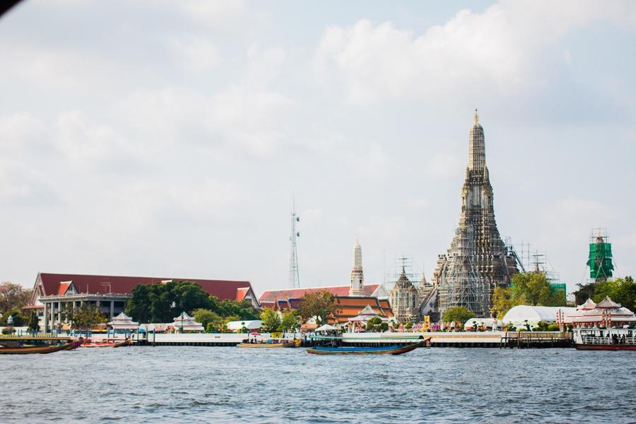 Le Wat Arun depuis le fleuve Chao Phraya