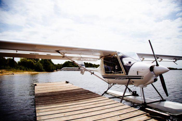 L'hydravion sur le ponton avant le décollage
