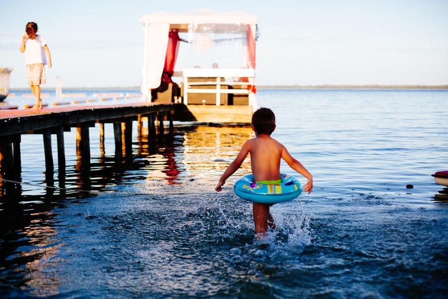 Un enfant en bouée sur le lac de Biscarrosse