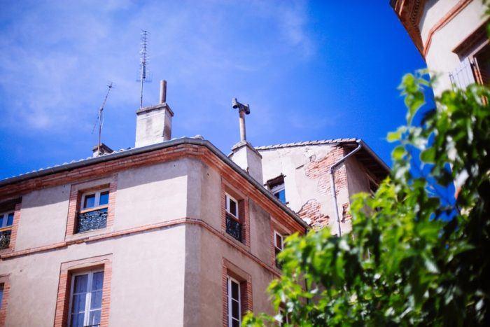 Une facade d'immeuble à Albi