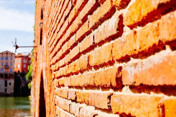 Les briques rouges sur le Pont d'Albi