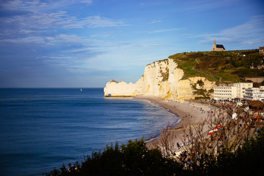 La ville et les falaises d'Etretat en Normandie