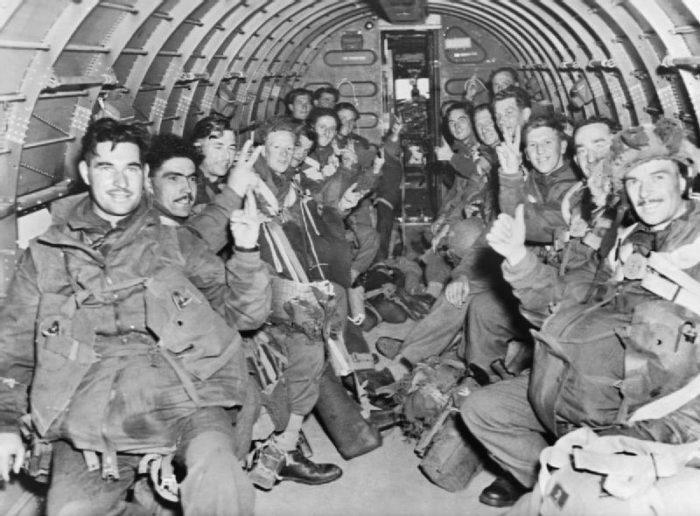 Des parachutistes alliés