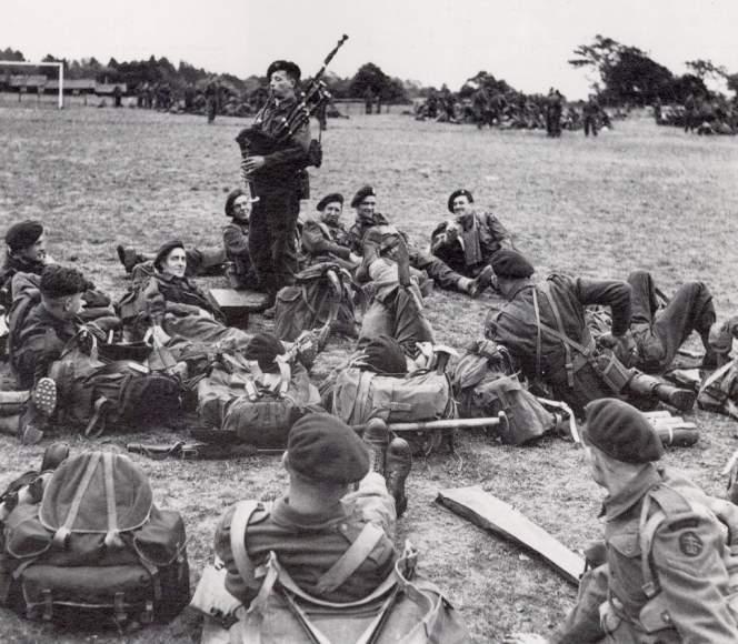 Le soldat Bill Millin et sa célèbre cornemuse