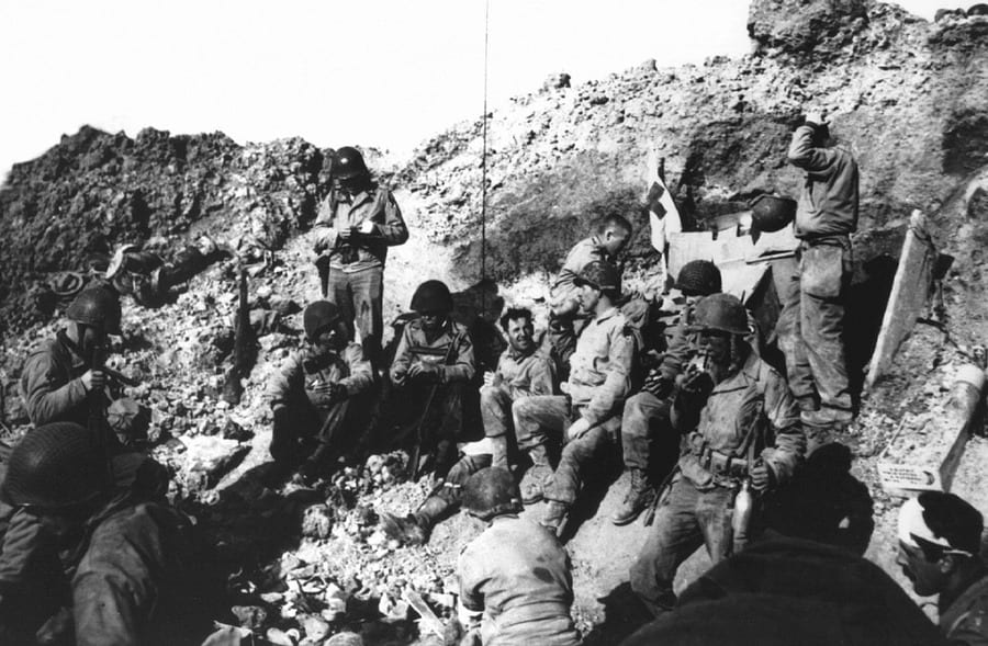 Soldiers_resting_at_Pointe_du_Hoc