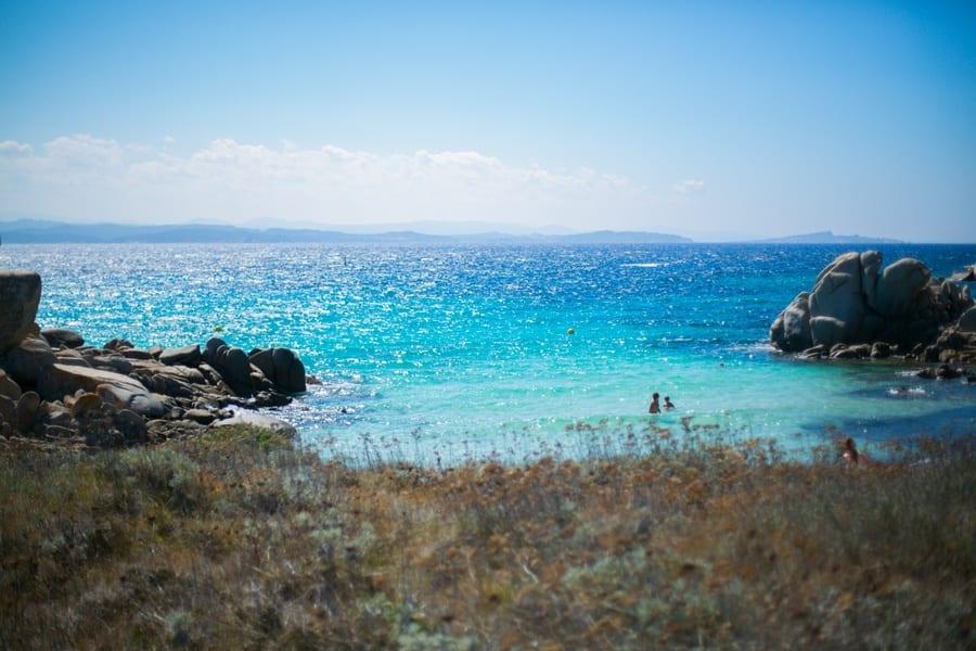 Crique à l'eau cristalline sur l'île Lavezzi
