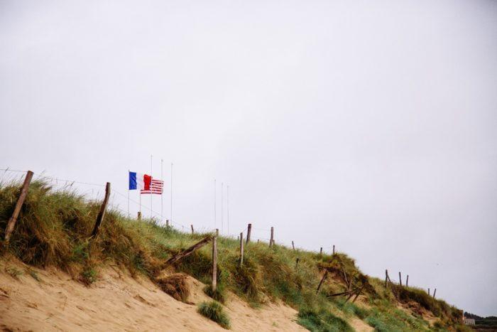 Les drapeaux flottant au-dessus des plages du débarquement