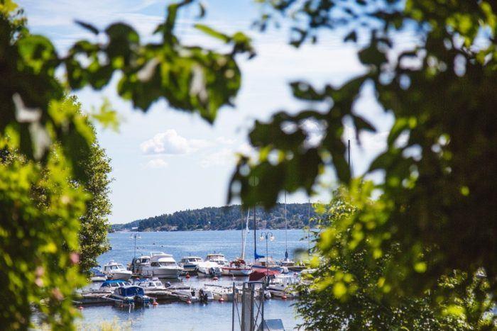 Bateaux sur un port de l'archipel de Stockholm