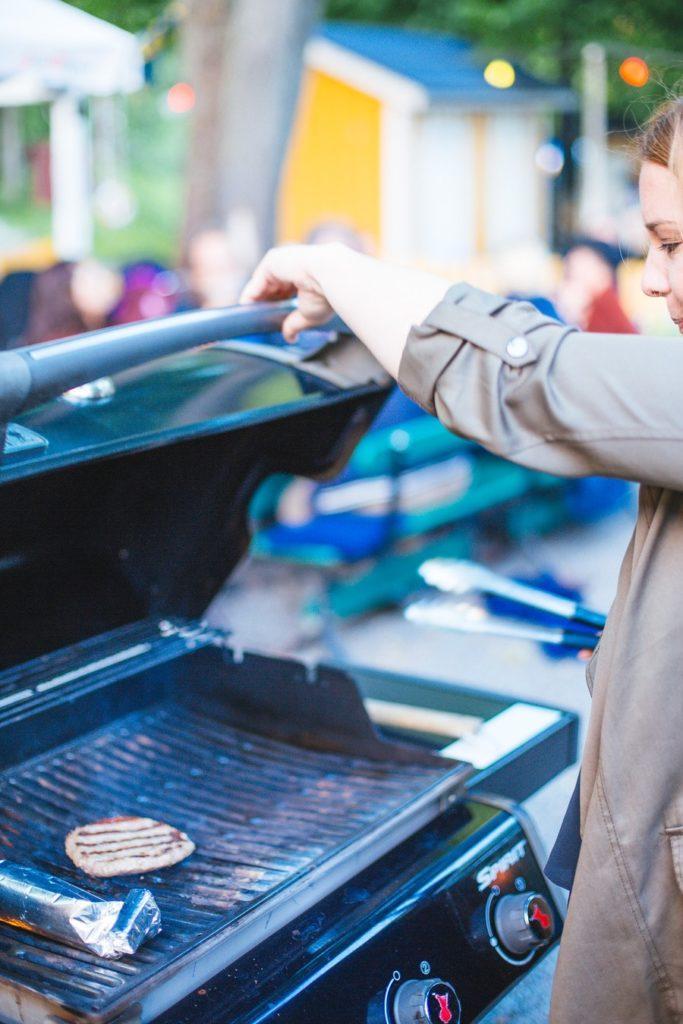 Un barbecue au milieu d'un restaurant extérieur à Stockholm