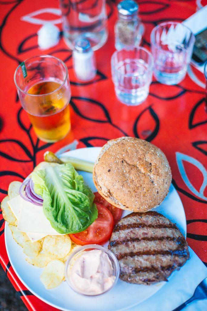 Nous avons dégusté un excellent hamburger avec un steak cuit au barbecue à Stockholm