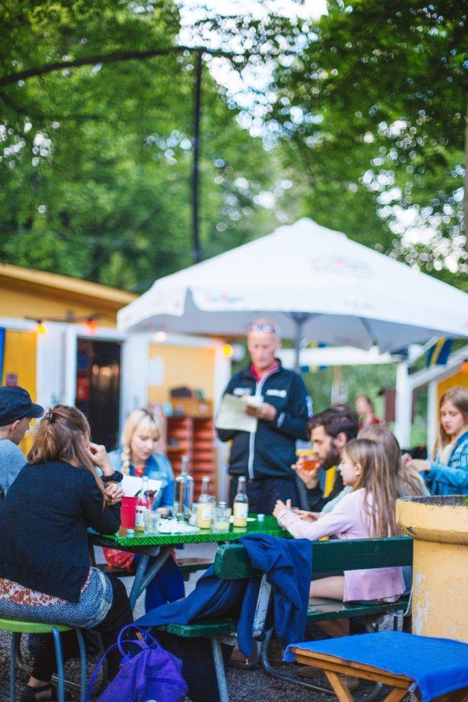 Moment de rencontre avec des suédois autour d'un barbecue à Stockholm