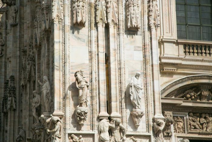 Les statues sur la façade en marbre du Duomo de Milan