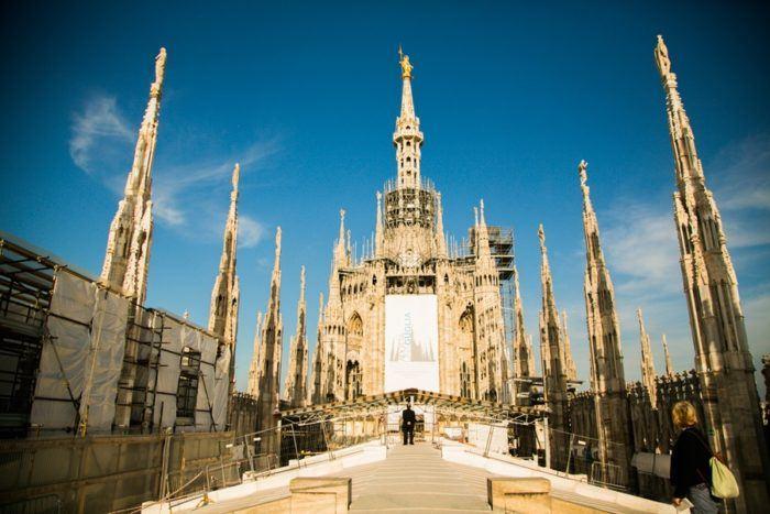 La statue de la Vierge sur le toit du Duomo de Milan
