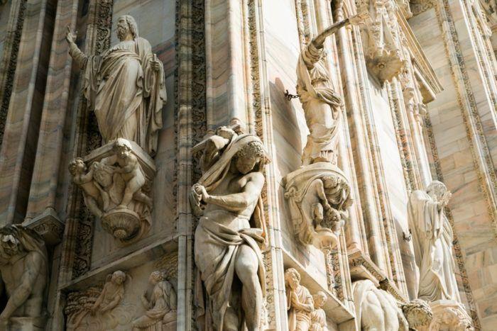 Les statues sur la façade du Duomo de Milan