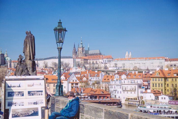 Vue sur le Château de Prague depuis le Pont Charles