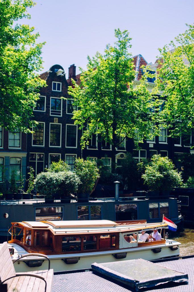 Un bar sur un bateau dans le quartier rouge à Amsterdam