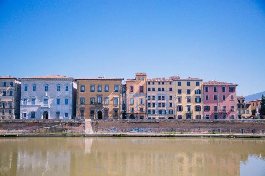 Les rives du fleuve de l'Arno à Pise