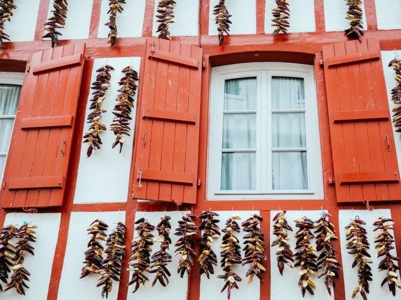 Les piments accrochés aux façades du Pays Basque
