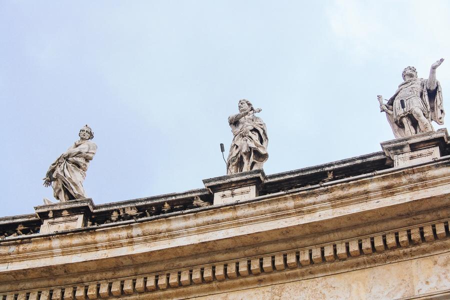 Statues de la place Saint-Pierre à Rome