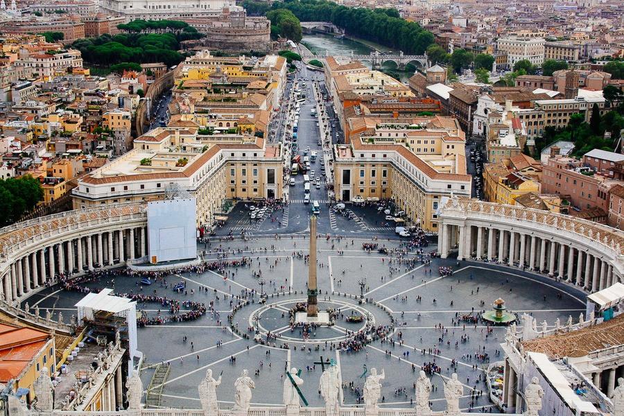 Vue sur place Saint-Pierre à Rome