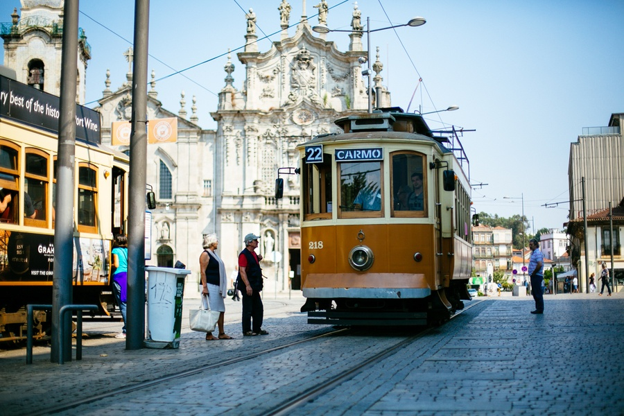 Monter dans le tramway de Porto