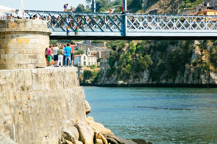 Sauter depuis le pont Dom Luis à Porto