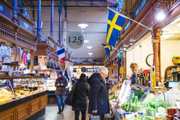 Le marché couvert de Saluhallen à Stockholm