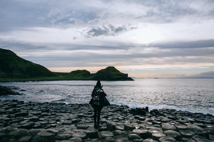 Lumières sur la Chaussée des Géants en Irlande