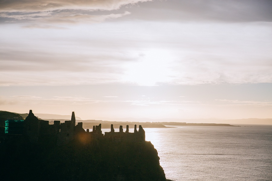Le coucher de soleil sur Dunluce Castle en Irlande