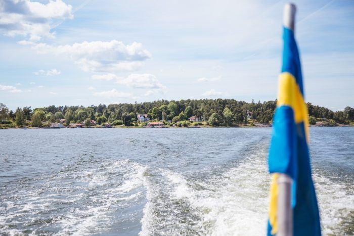 Le drapeau suédois sur l'Archipel de Stockholm