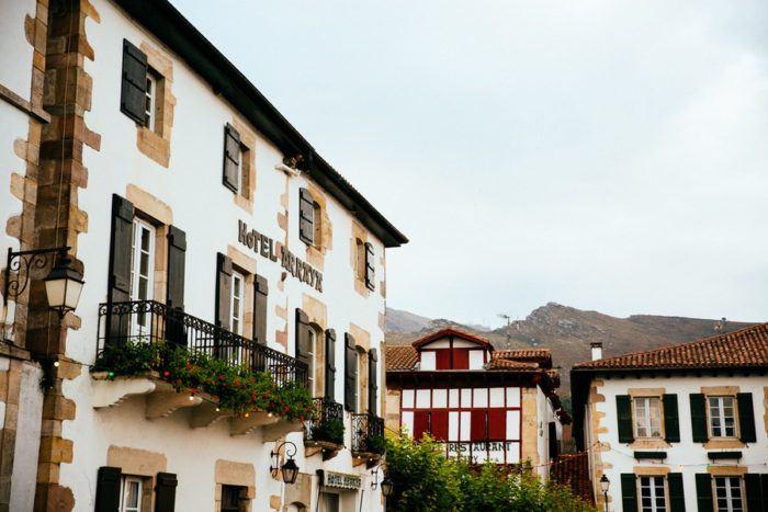 L'Hôtel Arraya sur la place du village