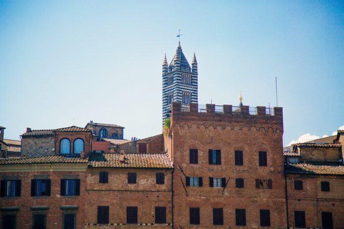 Au loin, le campanile de Sienne