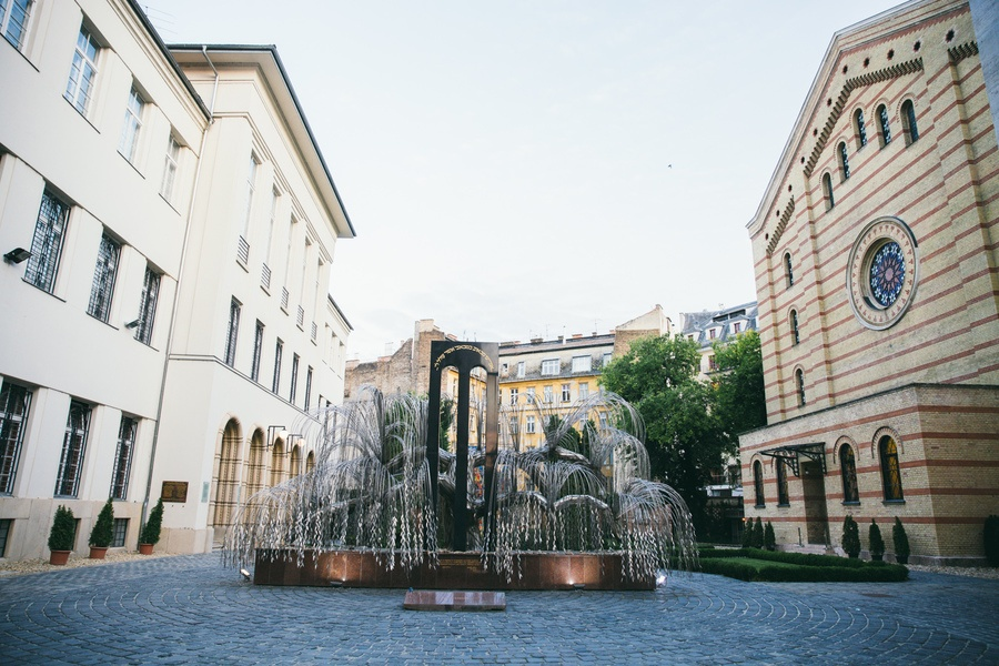 Sol pleureur et Mémorial de Raoul Wallenberg