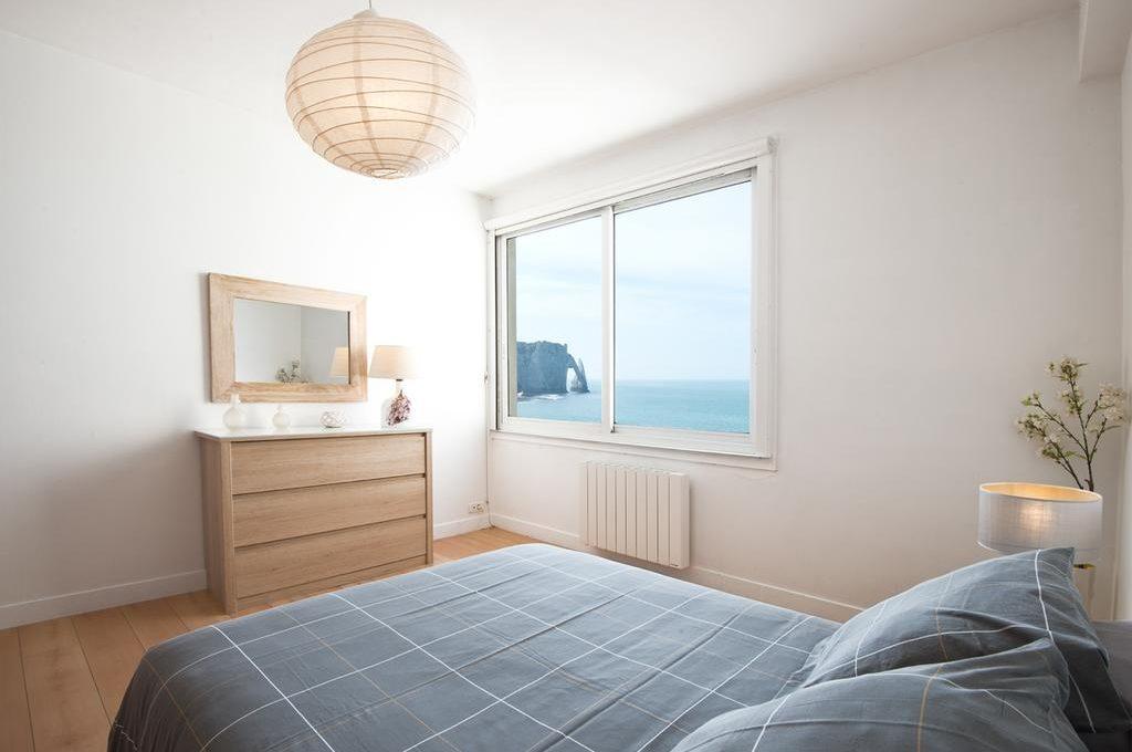 grande chambre avec vue sur les falaises d'etretat